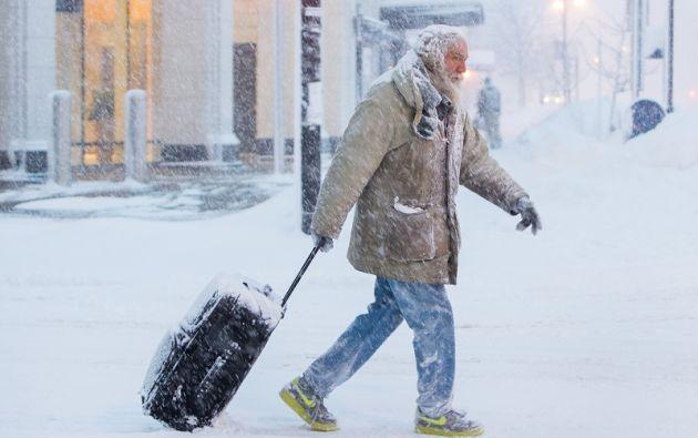 Un hombre mueve el equipaje en la nieve durante una tormenta de invierno en Buffalo, NY. Foto: Reuters
