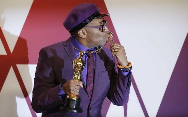 """Spike Lee con su premio al Mejor Guión Adaptado por """"BlacKkKlansman"""". Foto: Reuters"""