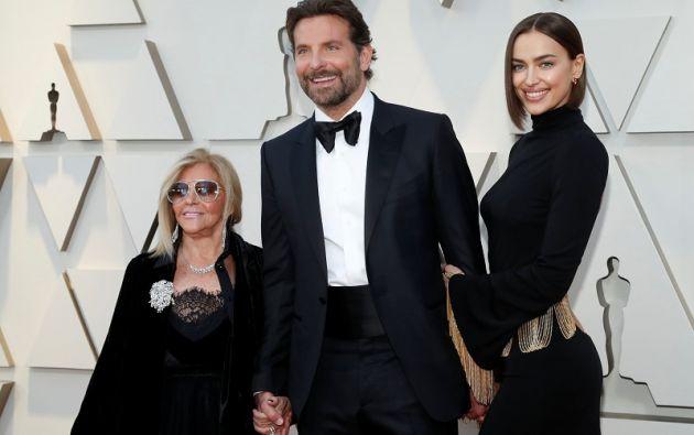 Bradley Cooper llega con su madre Gloria Campano y su esposa Irina Shayk. Foto: Reuters