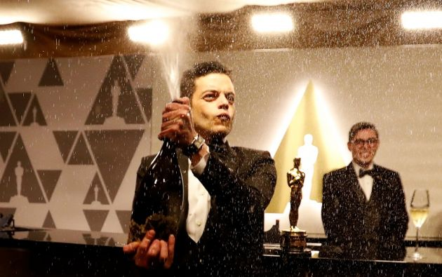 """Rami Malek, ganador del premio al Mejor Actor por """"Bohemian Raphsody"""", abre una botella de champán. Foto: Reuters"""