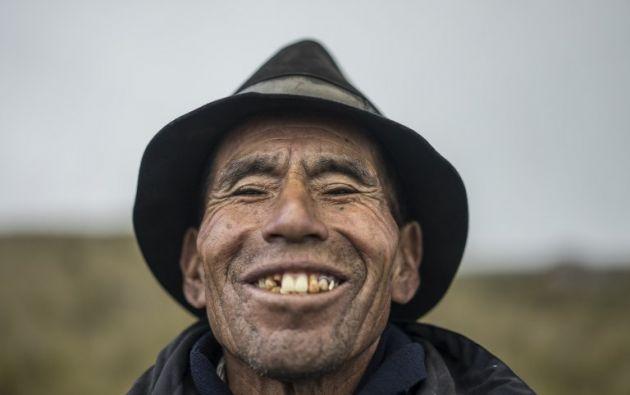 Baltazar Ushca, uno de los pocos comerciantes de hielo que quedan en el Ecuador, corta y prepara pasto de plumas, al pie del volcán Chimborazo. Foto: AFP
