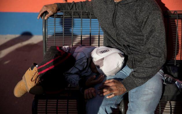 Un padre migrante y su hijo esperan un autobús de Greyhound a las afueras de Mimbres Food Mart en Deming, Nuevo México, Estados Unidos. Foto: Reuters