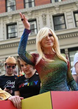 La diseñadora Donatella Versace tuvo que ofrecer disculpas por una camiseta de la marca. Foto: AFP