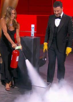 Jennifer Aniston y Jimmy Kimmel durante la ceremonia 72º de los Emmys. Foto: video @danlinden
