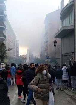 Las causas apuntan a una explosión de gas, que ha volado las cuatro plantas superiores del edificio. Foto: EFE