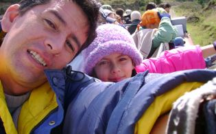 Carolina Rivas, la hija del fotógrafo Paúl Rivas asesinado por el Frente Oliver Sinisterra, escribe esta carta abierta para Vistazo.
