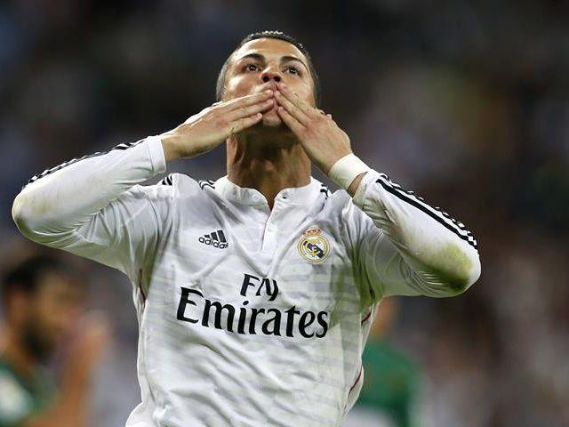 El delantero portugués del Real Madrid Cristiano Ronaldo celebra su segundo gol ante el Elche, tercero para el equipo, durante el partido correspondiente a la quinta jornada de Liga que el conjunto blanco disputa ante el Elche esta noche en el estadio Santiago Bernabéu. Foto: EFE
