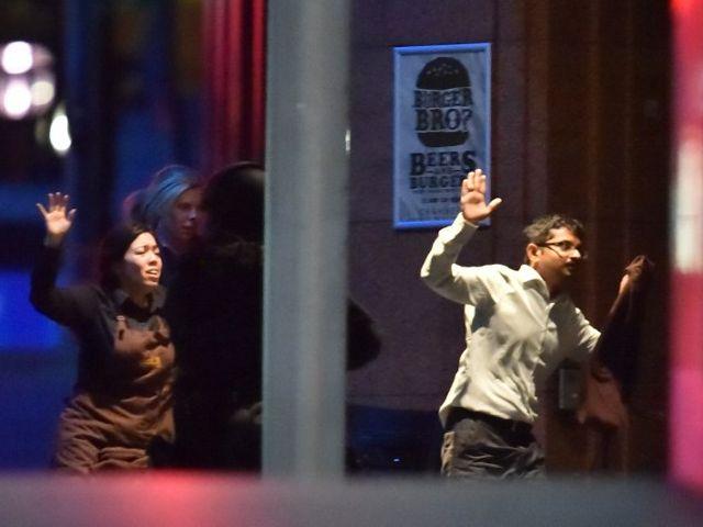 Dos rehenes lograron salir del local. Foto: AFP