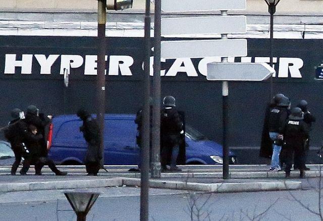 Dos días después del atentado terrorista en Charlie Hebdo, se registró otro en un supermercado al este de París. Foto: AFP
