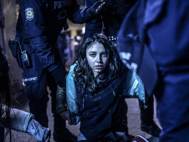 El primer lugar de la categoría de noticias de actualidad lo obtuvo el turco Bulent Kilic. Su fotografía muestra a una joven durante los disturbios en Estambul ocurridos tras el funeral del adolescente Berkin Elvan el 12 de marzo de 2014. Foto: World Press Photo vía REUTERS