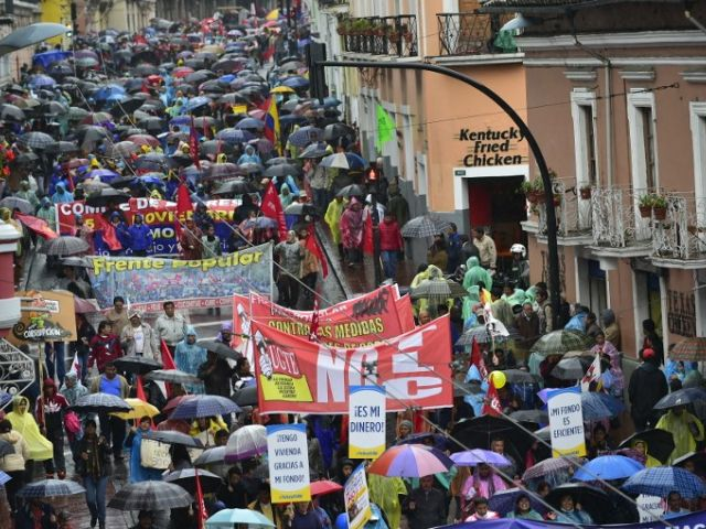 """Los participantes caminaron coreando gritos como: """"¡Únete pueblo, únete a luchar contra este gobierno antipopular"""".  Fotos: REUTERS y CORAPE."""