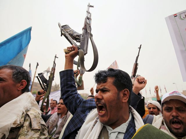 Ataque aéreos y enfrentamientos armados, son algunos de los actos violentos que tienen lugar en Yemen. La violencia deja por ahora más de 100.000 desplazados, según Unicef. FOTOS: REUTERS.