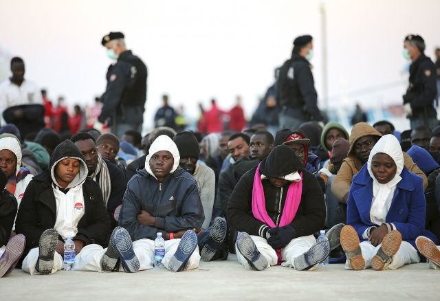 Un barco con más de 300 pasajeros se hunde en el Mediterráneo. Foto: REUTERS