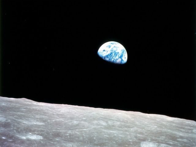 Amanecer desde la Luna. Imagen tomada durante la misión Apolo 8, la primera tripulada al satélite (diciembre de 1968).