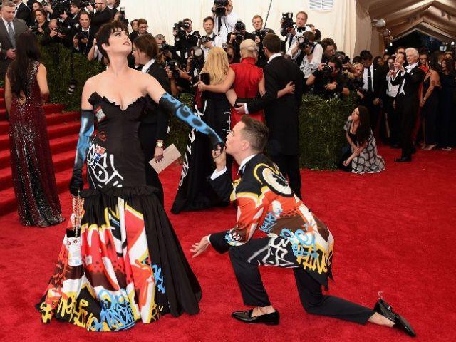 Katy Perry sorprendió a la prensa y asus fanáticos con un nuevo look. Foto: AFP