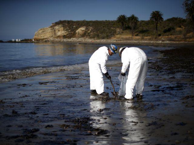 Miembros del equipo de emergencia trabajan en la limpieza del parque. Fotos: REUTERS.