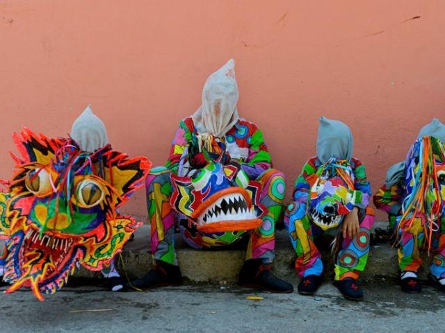 Miembros de los Diablos Danzantes de Naiguatá participan en la celebración católica del Corpus Christi en Naiguatá, barrio popular de La Guaira, del Estado Vargas, l 4 de junio de 2015. AFP, FEDERICO PARRA
