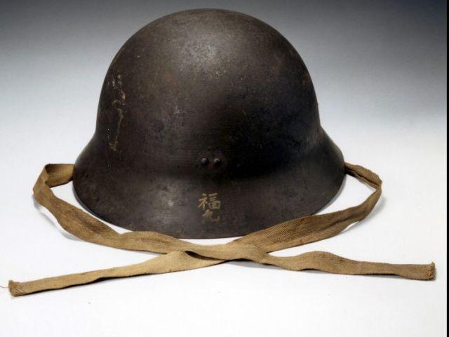 Este casco lo utilizó un profesor sobreviviente para cubrirse la cabeza.