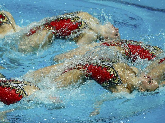 El equipo de Rusia realiza natación sincronizada de rutina libre de la mujer combinación en el Campeonato Mundial de Natación en Kazan, Rusia. Foto: REUTERS / Hannibal Hanschke.