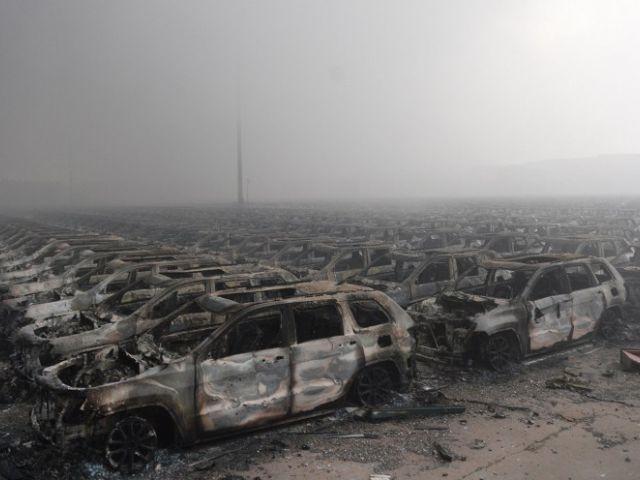 filas de coches quemados tras una serie de explosiones en un almacén químico golpear la ciudad de Tianjin, en el norte de China. STR / AFP