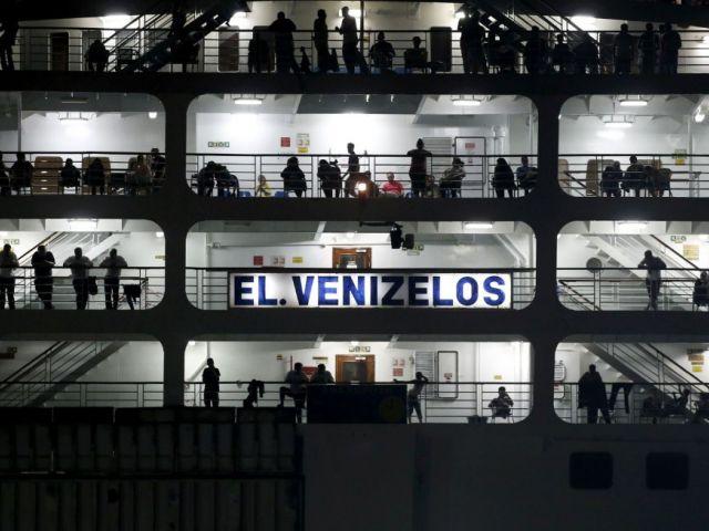 Refugiados sirios en el ferry 'Eleftherios Venizelos' en el puerto de la isla griega de Kos. El buque que traslada al menos a 1.700 refugiados sirios al centro de Grecia partió desde Kos, en el mar Egeo, donde otros miles de indocumentados esperan para continuar su viaje hacia el centro de Europa. Foto: REUTERS.