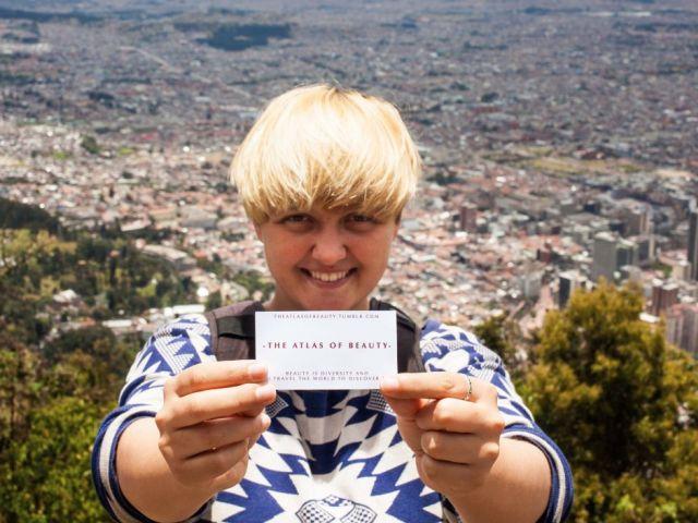 Esta es Mihaela Noroc posando en Bogotá, Colombia.