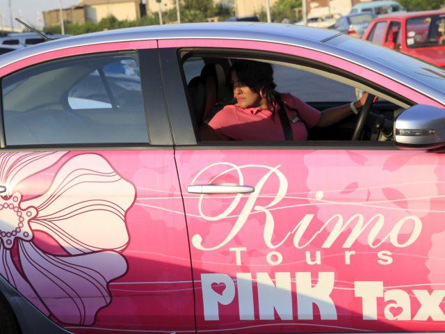 Mervat -Al- Badry es ahora una conductora de pink taxi, estacionando su auto en El Cairo. Foto: REUTERS.