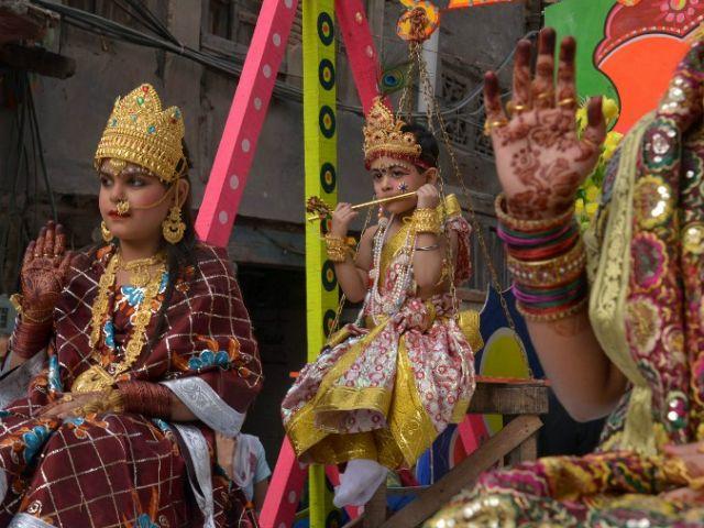 """Jóvenes vestidos como Señor Krishna participan en una procesión, en la víspera del """" Janmashtami ' en Amritsar. Foto: AFP"""