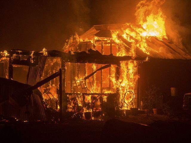 Una residencia en Siegler Canyon Road se quema en California. Foto: REUTERS