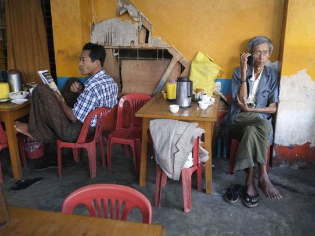 Tienda de té en Yangon, 2013.
