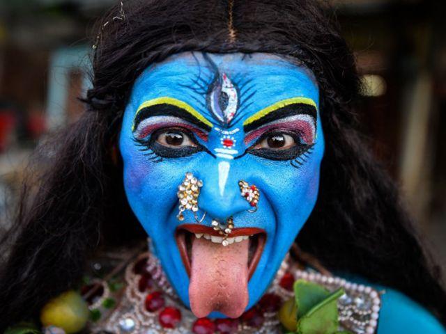 Artista indio, Ravi Kali ( 32 ) vestida como la diosa hindú Kali, participa en una procesión religiosa para el festival hindú Ganesh Chaturthi en Nueva Delhi. Foto: AFP