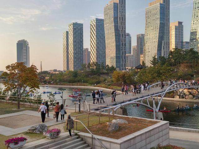 En Seúl, Corea del Sur. El proyecto empezó en 1994. Su infraestructura será un banco de pruebas para nuevas tecnologías, y en la propia ciudad se simulará una forma de vida digital.