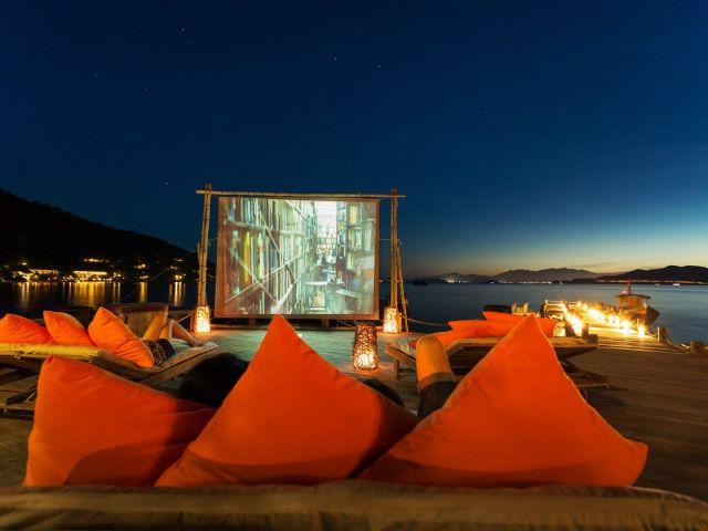 En Vietnam  existe el Six Senses Ninh Bay, donde puedes beber al pie de la playa a la vez que puedes ver tu película favorita, envuelta e un ambiente clásico. Foto: Six Senses Ninh Bay
