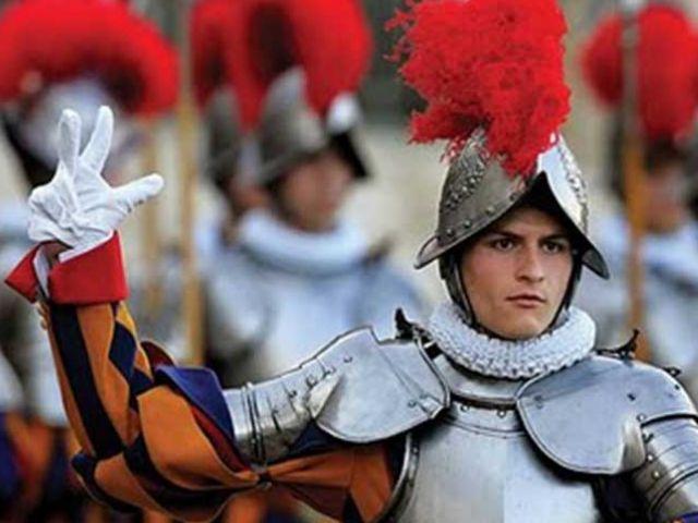 GUARDIA SUIZO - Son responsables de la seguridad del Papa, del Palacio Apostólico y la ciudad del Vaticano. (Foto: bloghazteoír)