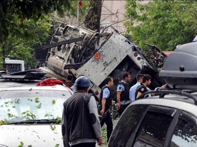 Atentado con coche bomba contra un vehículo policial en Estambul, atribuido a los rebeldes kurdos del PKK. AFP