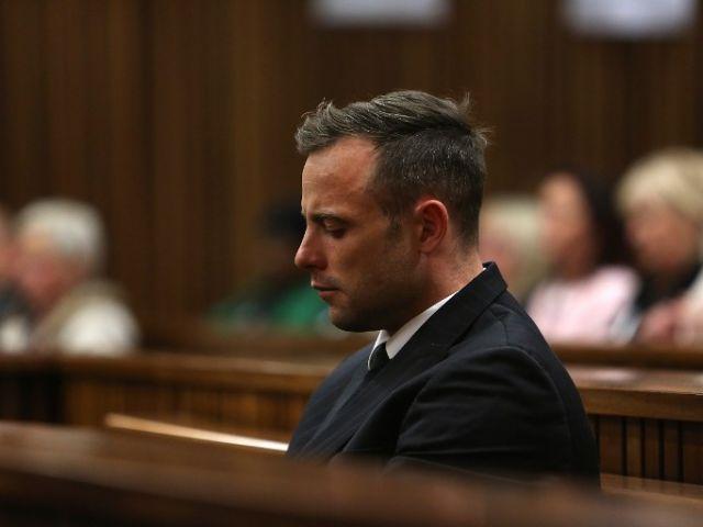 """Oscar Pistorius, declarado culpable por el asesinato de su novia en 2013, es un hombre """"roto"""" y debe ser hospitalizado, así lo ha valorado un psicólogo este lunes durante el primer día de la audiencia."""