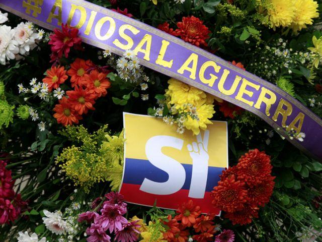 """Una ofrenda floral que lee """"adios a la guerra"""" es visto por delante de la firma de un acuerdo de alto el fuego histórico entre el gobierno colombiano y las FARC. REUTERS"""