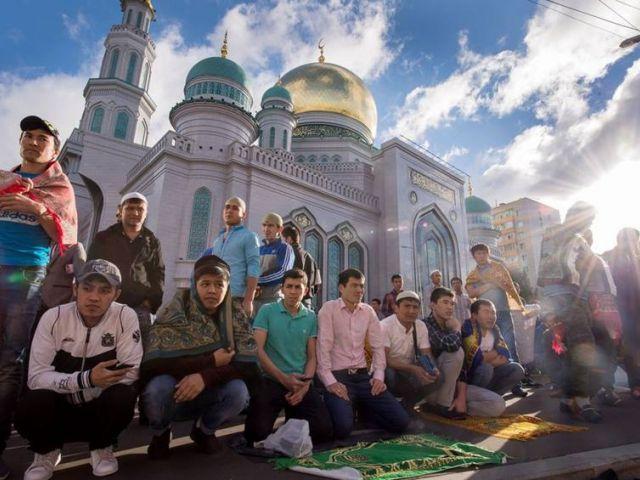 Rezo de musulmanes rusos en los alrededores de la mezquita central de Moscú durante las celebraciónes del Eid Al-Fitr.
