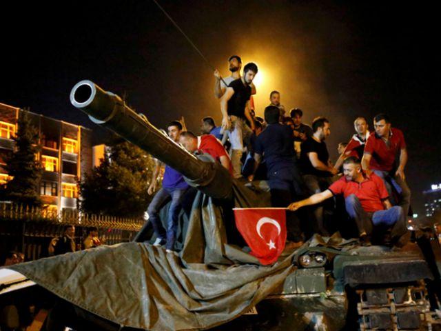 TURQUIA. Fracasó el intento de golpe de estado en Turquía. Fuerzas leales al presidente Erdogan recuperaron el control del país tras una noche de enfrentamientos entre miles de manifestantes que salieron a las calles.