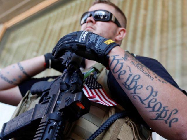 IVIL ARMADO. Trevor Leis, hace uso de sus derechos proporcionados por la legislación del estado de Ohio, en EE.UU., al estar armado con un fusil automático de gran calibre en una plaza pública, el martes 19 de julio de 2016, en Cleveland, durante el segundo día de la convención republicana. (AP / John Minchillo)
