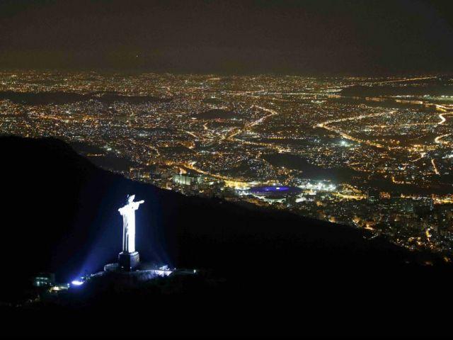 Vista aérea de la estatua del Cristo Redentor y de la ciudad de Río de Janeiro, sede de los primeros Juegos Olímpicos celebrados en Suramérica.