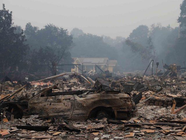 Los restos se ven a lo largo de la carretera 12 durante el fuego de las monjas en Sonoma, California / Fotos: Reuters