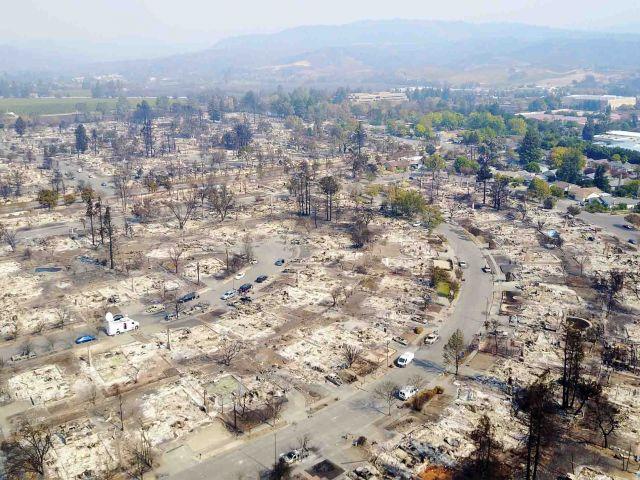Una antena muestra daños causados por incendios forestales en Santa Rosa / Fotos: Reuters