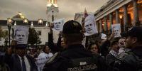 """En la protesta participaron varias decenas de personas que gritaron """"Assange no es ecuatoriano"""". Foto: AFP"""