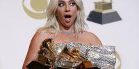 Lady Gaga posa detrás del escenario con sus premios. Foto: Reuters
