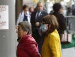 Habitantes de New York ingresan al hospital con máscaras. Foto: AFP