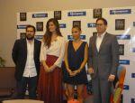 La diseñadora junto a los directores del evento y el representante de Hormipisos (i), auspiciante oficial.