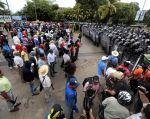 Los ciudadanos se enfrentaron contra la policía. Foto: AFP