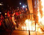 Manifestantes incendiaron el sábado la puerta del Palacio Nacional después de una manifestación por los 43 estudiantes desaparecidos. Foto: REUTERS/Édgard Garrido