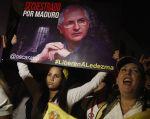 Un grupo de personas protestó por la liberación de Ledezma afuera de la Embajada de Venezuela en Lima. Foto: REUTERS.